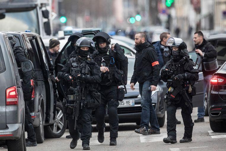 Speciale eenheden van de Franse politie kort na de aanslag in Straatsburg op jacht naar de dader. Beeld AP