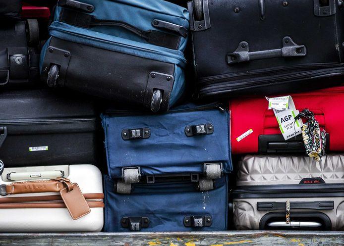 Koffers die klaarliggen om het vliegtuig in te gaan.
