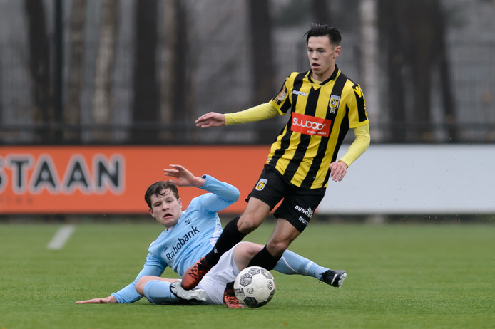 Pepijn van Zwieten de Blom afgelopen zondag in actie tegen 'Jong Vitesse'-speler Mitchell van Bergen.