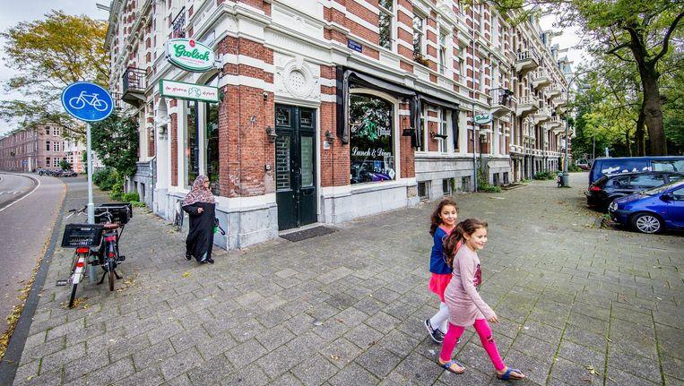 De stoep bij café De Groene Olifant ligt er verlaten bij nu de gemeente de vergunning voor het terras voor de duur van drie maanden heeft ingetrokken Beeld Jean-Pierre Jans