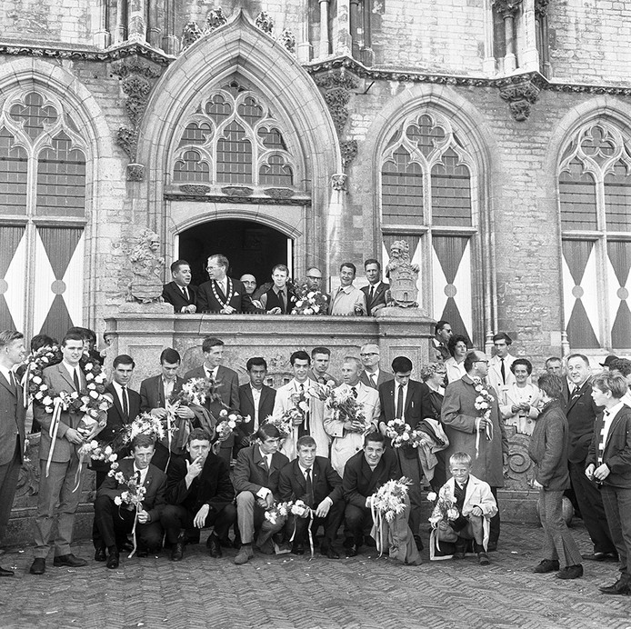 De kampioenen van Middelburg in 1966 voor het stadhuis van Middelburg.