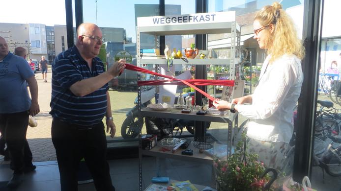 Ron Vermaning en Anna Claudia Wellner bij de Weggeefkast in de hal van de PLUS in Olst.