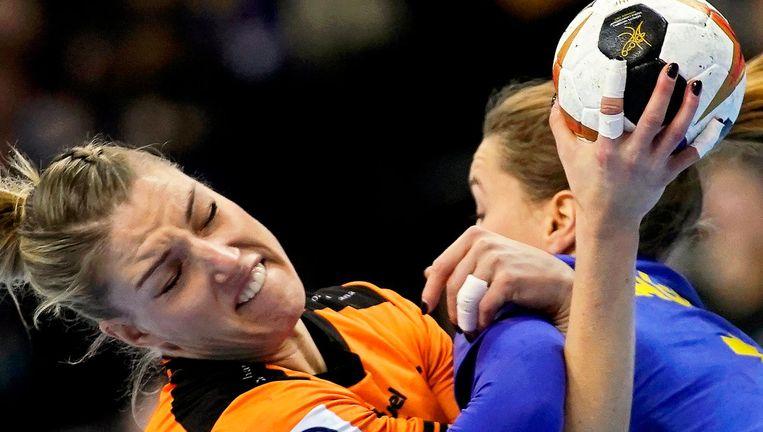 Felle gevechten om de bal tussen Nycke Groot en Anna Lagerquist. Beeld null