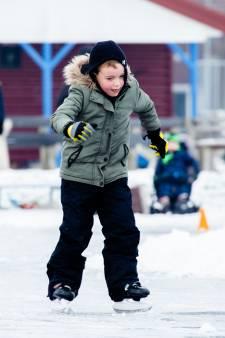 IJsmeesters laten kinderen niet de kou staan: schaatsbaan toch even open