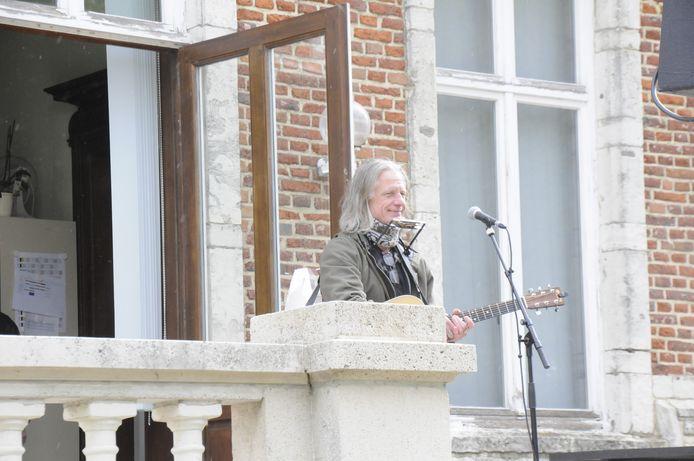 Guy Swinnen op het balkon van het gemeentehuis op het Domein van Kwabeek.