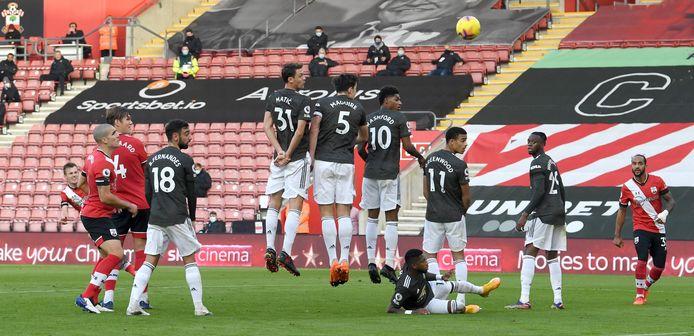 James Ward-Prowse slaat toe vanop vrije trap om Southampton op 2-0 te zetten.