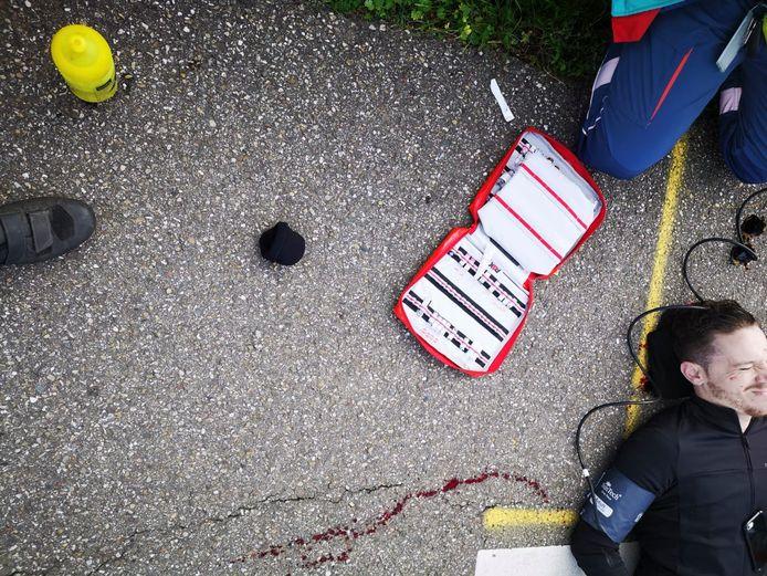 Ambulancemedewerkers schieten me te hulp.