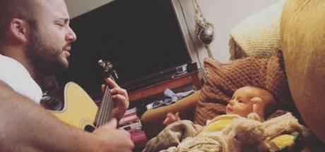 Jon Karthaus en baby Otis zingen duet, zoon Nicolette in het gips