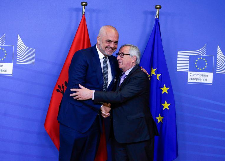 De voorzitter van de Europese Commissie Jean-Claude Juncker begroet de Albanese premier Edi Rama in Brussel, juni van dit jaar. Nederland heeft nog bedenkingen over de toetreding van Albanië tot de EU. Beeld AFP