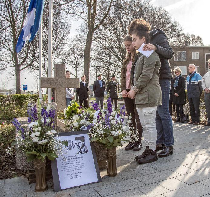 De jaarlijkse herdenking bij het monument aan de Meppelerstraatweg. Het monument is geadopteerd door basisschool De Springplank in Zwolle.