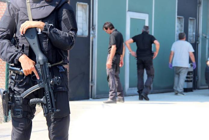 Rechercheurs doorzoeken in Den Hout een voormalige wapenopslag van Jan B. op sporen van de moord op Freddy Janssen.