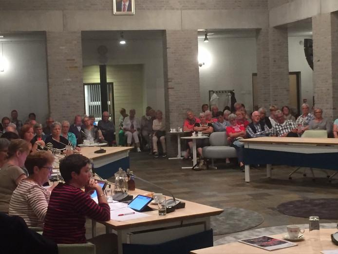 Invasie van meer dan honderd leden van de Senioren Vereniging Rijen tijdens de Commissie Samenleving in het gemeentehuis van Gilze en Rijen