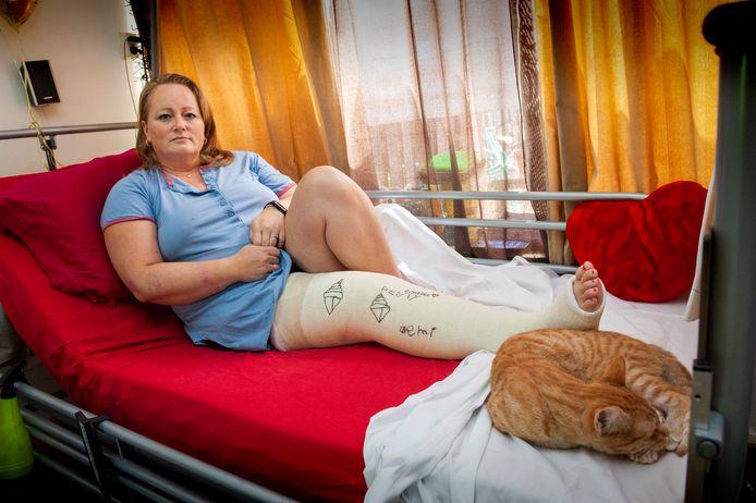 Daniëlle Schuiling thuis in bed nadat zij is geramd door de bestuurder van een crossmotor.