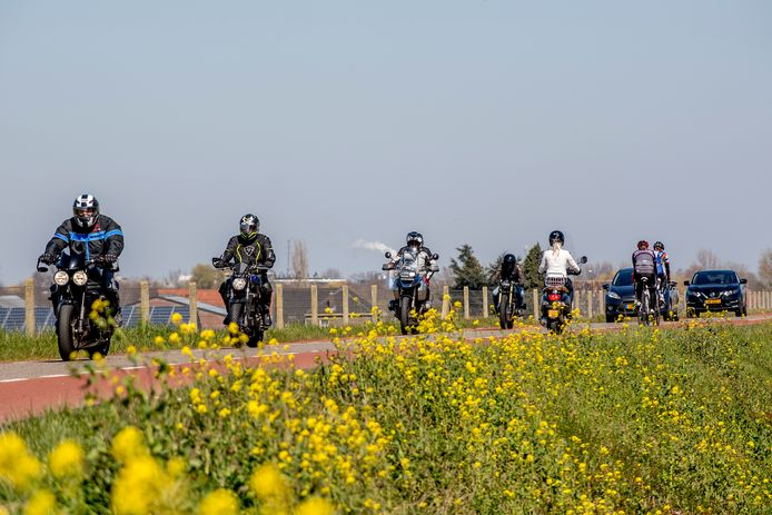 Motorrijders vandaag op een dijk in Gelderland