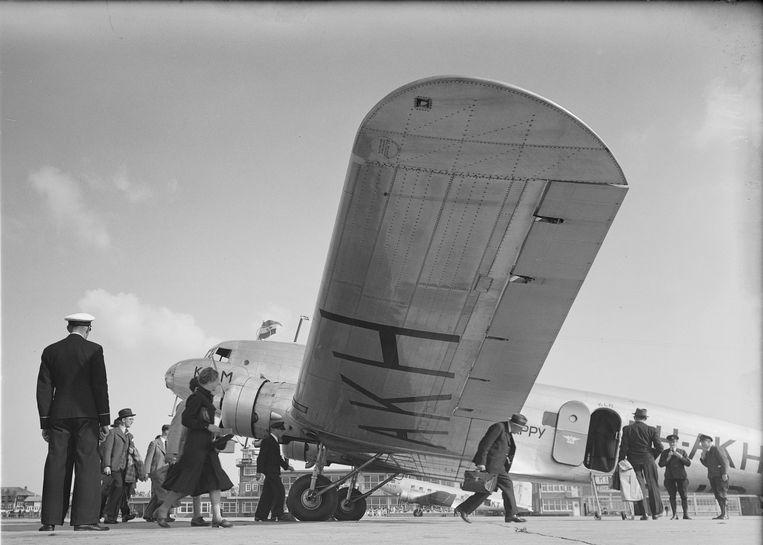 Instappende passagiers bij de Douglas DC-2, PH-AKH Haan, 1938 Beeld MAI / KLM foto Historisch Archief