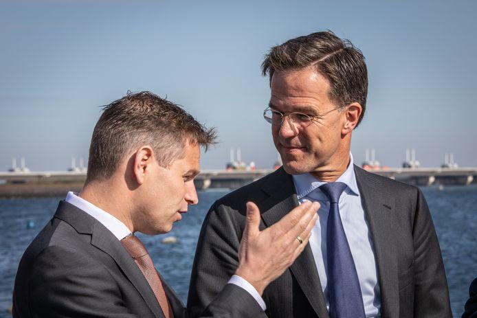 Jo-Annes de Bat in gesprek met minister-president Mark Rutte, tijdens een werkbezoek aan Zeeland in 2019