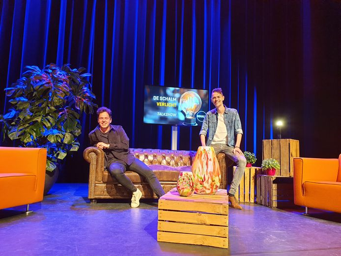 Tijdens de eerste uitzending interviewt presentator Mark van der Linden (rechts) onder anderen cabaretier Jules Keeris (links) uit Eindhoven.