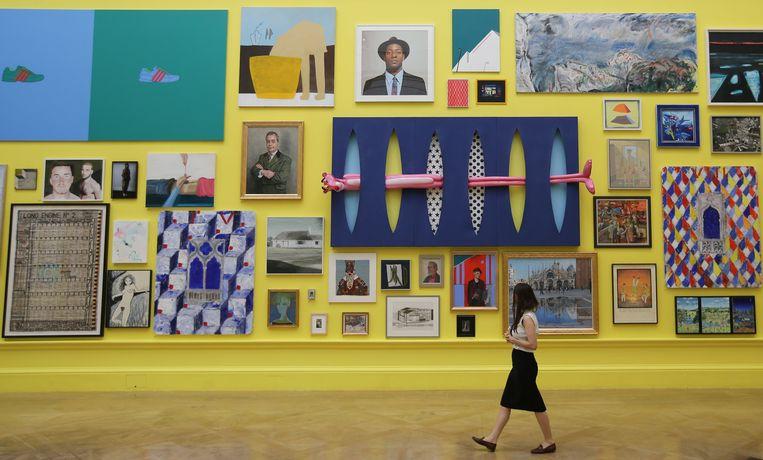 Een bezoeker van de Summer Exhibition. Beeld AFP