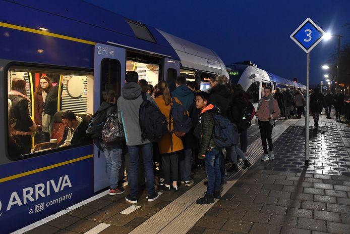 Arrivatrein op de Maaslijn voor vertrek vanaf station Cuijk.