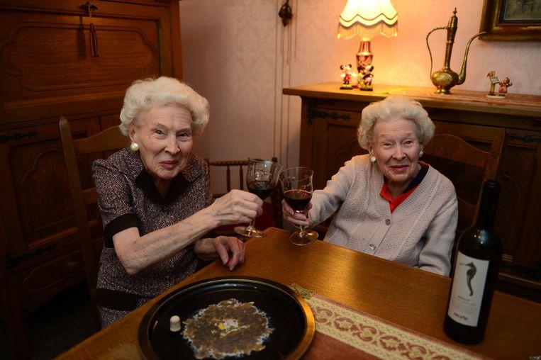 Ook de oudste tweeling van Leuven, Jeanne en Marcella Schollaert, drinken nog elke dag hun glas wijn.
