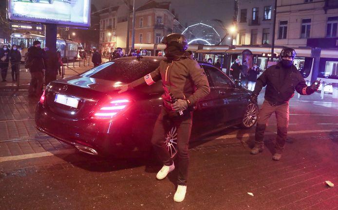 La voiture du Roi protégée lors des émeutes à Bruxelles hier soir.