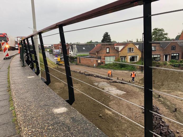 Aan de onderkant van het nieuwe hekwerk wordt een houten plank bevestigd. Overigens verdwijnt het trottoir op dit gedeelte van de Havendijk.