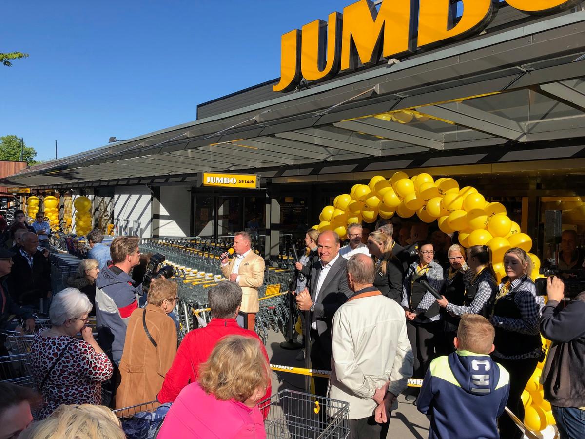 Roland de Laak (met microfoon) en Frits van Eerd verwelkomen het publiek bij de heropening van de compleet vernieuwde Jumbo-supermarkt op Drossaard.