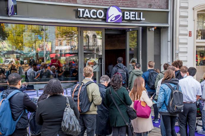 Drukte voot de Taco Bell bij de opening op het Heuvelplein