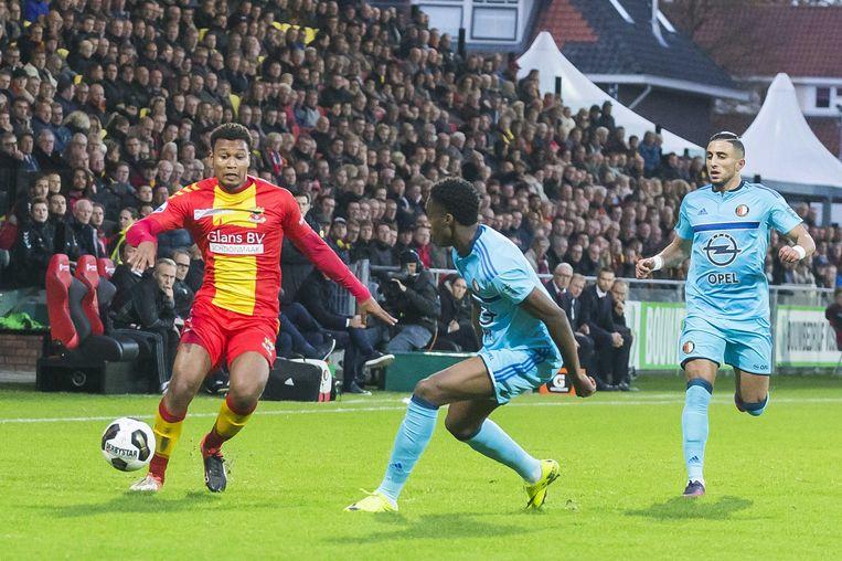 Feyenoord-verdediger Terence Kongolo (midden) zondag in actie tegen Go Ahead Eagles. Beeld anp