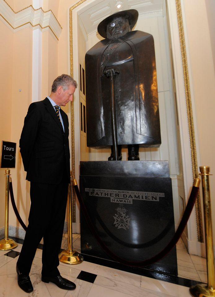 Pieter De Crem, alors ministre de la Défense, observe la statue du père Damien au Capitole, Washington. D.C., le 7 juin 2008.
