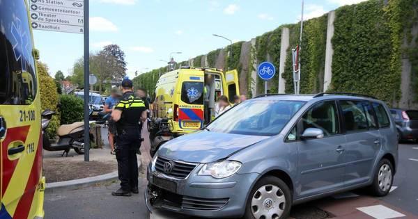 Twee meisjes op scooter gewond bij aanrijding met auto in Vught.