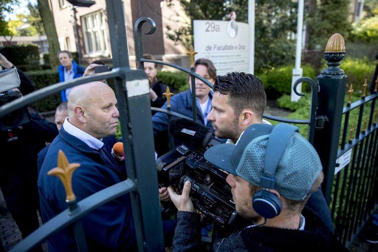 Journalisten bij de ingang van het hoofdkantoor van Facultatieve Media in Den Haag Beeld anp