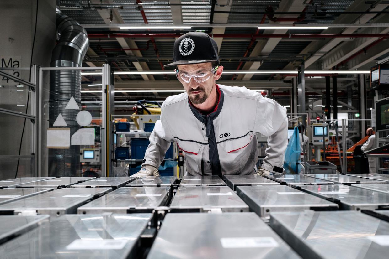 Wesley Deno (32) inspecteert bij een lopende band van Audi in Brussel de 36 modules die samen de batterij vormen van de Audi eTron. Beeld Cedric Gerbaye