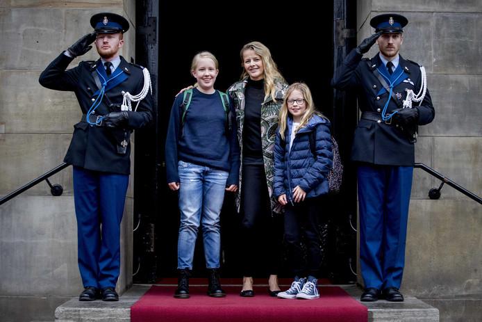 Prinses Mabel met haar dochters gravin Luana en gravin Zaria.