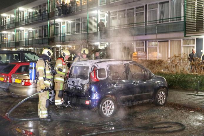 Een auto gaat in vlammen op in Driebergen.
