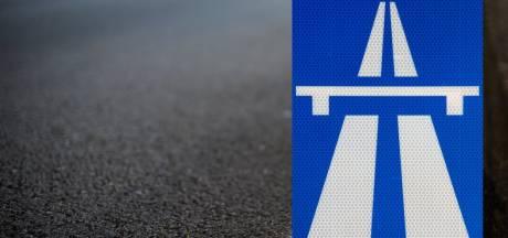 Dronken man met bebloed gezicht loopt tegen het verkeer in op vluchtstrook A59 bij Waspik
