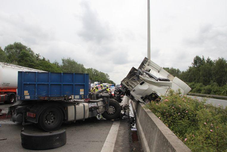 De cabine van een vrachtwagen raakte volledig vernield.