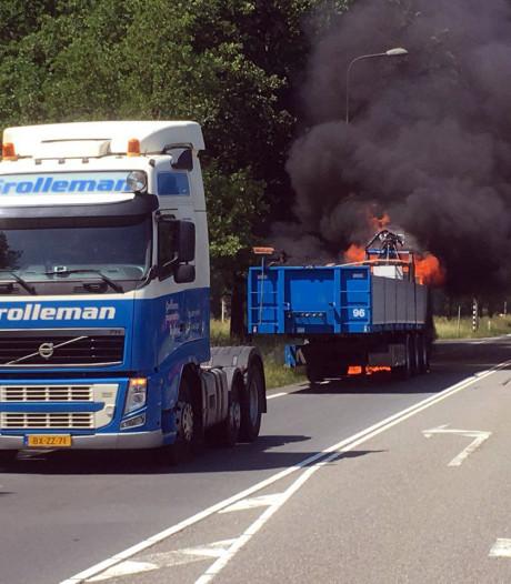 Brand in vrachtwagenoplegger legt verkeer op N35 bij Haarle tijdelijk stil
