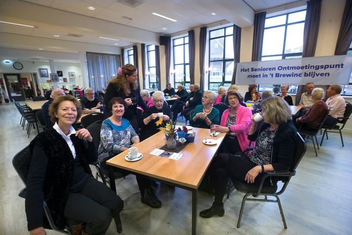 Riet Vermeer, tweede van links, is voorzitter van het Senioren Ontmoetingspunt. Foto: Theo Kock