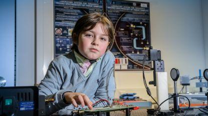 """Hoogbegaafde Laurent (9) stopt onmiddellijk met studeren aan Nederlandse unief: """"Ze beschuldigen hem zelfs van plagiaat"""""""