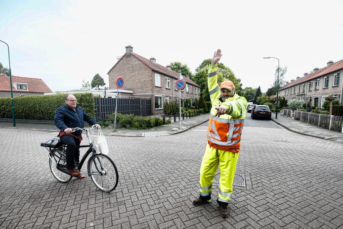 Verkeersregelaar Marcel van Tongeren op het gevaarlijke kruispunt in Maartensdijk.