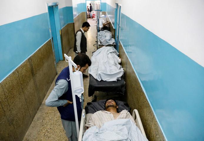 Het aantal gewonden is zo groot dat velen in de ziekenhuisgangen worden behandeld.