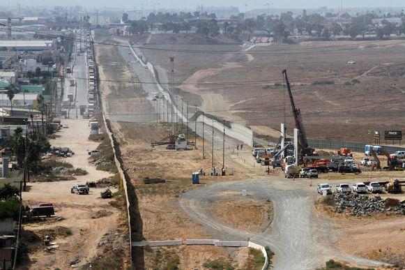 Werken aan prototypes van de grensmuur in San Diego, Californië.