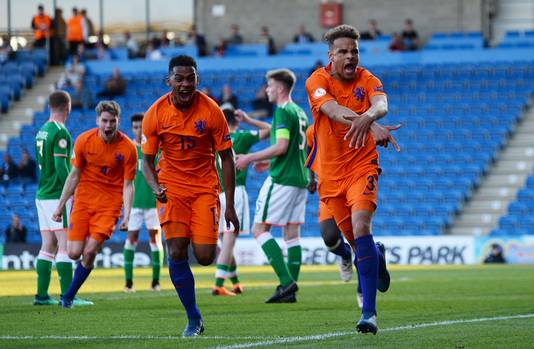 Liam van Gelderen (rechts) na zijn goal tegen Ierland.