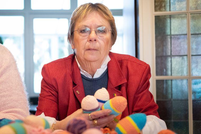 Christiane Van Espen met Vinnie de Vis-knuffels, bestemd voor personen met ernstige dementie.