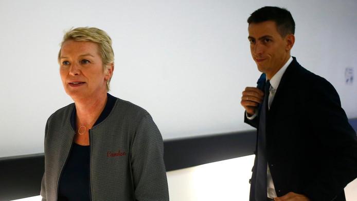 Les journalistes Elise Lucet et Laurent Richard arrivant au tribunal de Nanterre.