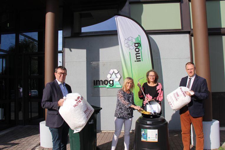 Afvalzakken worden duurder vanaf 1 september 2020. Op de foto onder meer Rik Soens, voorzitter van Imog en Johan Bonnie, algemeen directeur bij Imog.