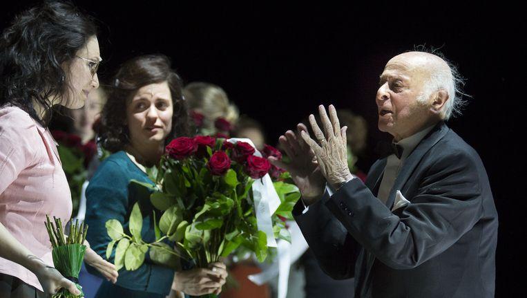 Buddy Elias, het laatst levende familielid van Anne Frank, bedankt de cast van ANNE na de wereldpremiere. Beeld getty