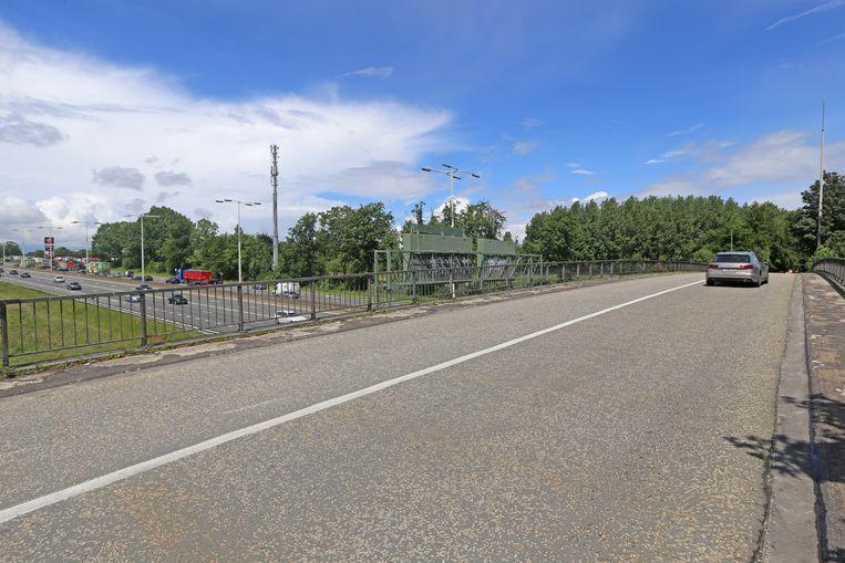 Deze brug over de E40 gaat dicht voor het autoverkeer. Helemaal links bevindt zich het Texaco tankstation dat via deze brug ook bereikbaar was voor lokaal verkeer.