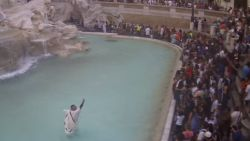 "Man springt met oude Romeinse klederdracht in Trevifontein en steekt speech af: ""Onaanvaardbaar gedrag"""